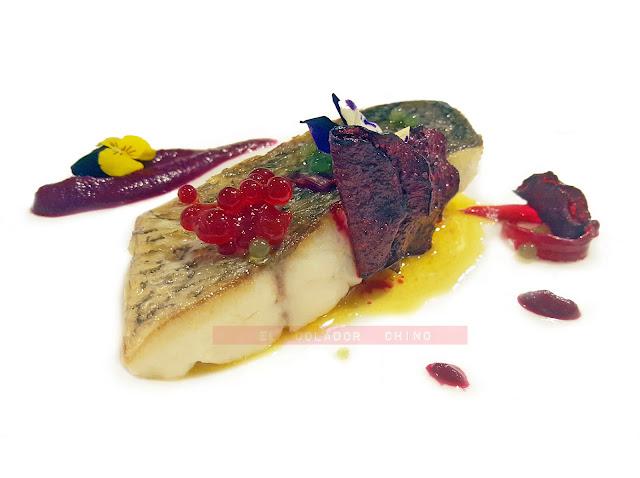 Receta de corvina asada con jugo de vino tinto, texturas de remolacha y perlas de plancton Hofmann elcoladorchino