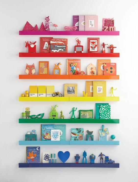 Prateleiras coloridas no quarto infantil. Blog Achados de Decoração