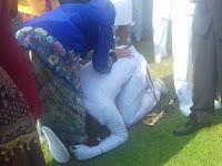 Terharu, Letnan Dua Tri Prastyo Sujud di Kaki Ibunya Setelah Dilantik Jokowi di Istana Merdeka