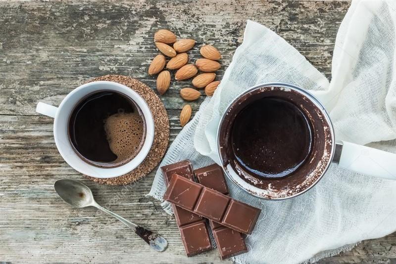Bir parça çikolata ve bir fincan kahve iyi gelir