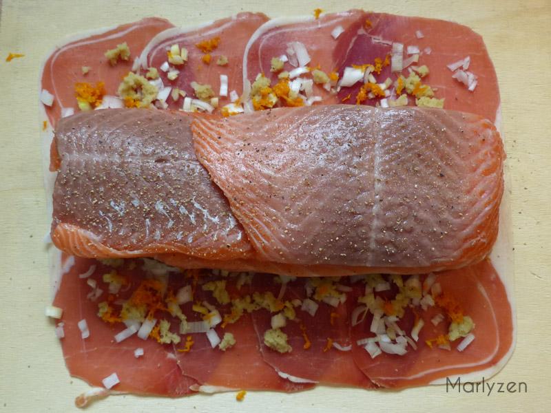 Déposez le rôti de saumon sur le jambon cru.