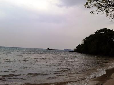 Keramba dan kapal Tongkang ditengah laut