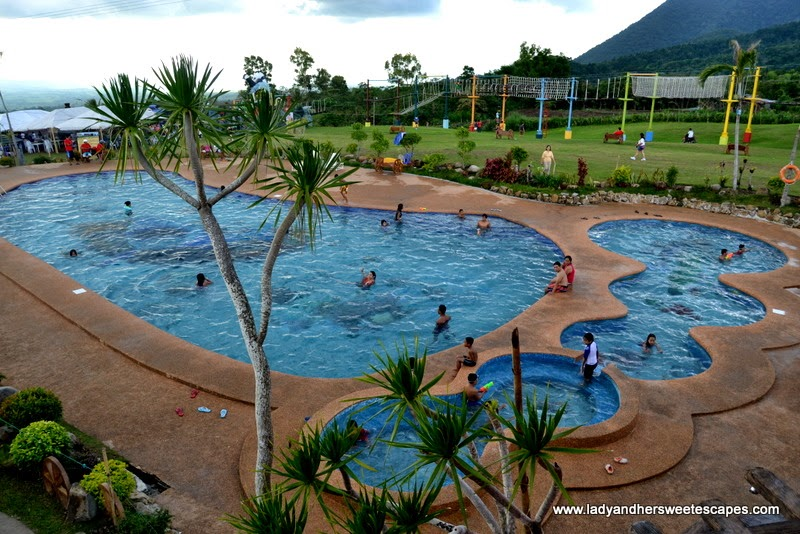 footprint shaped pool at Campuestohan Highland Resort
