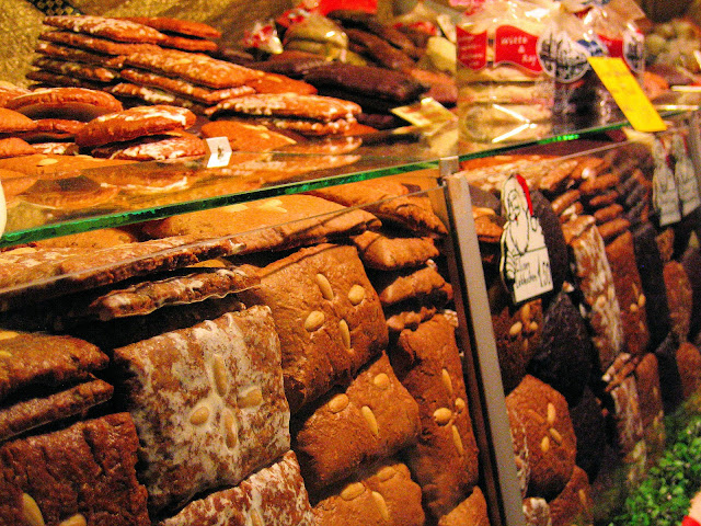 The market stalls are bursting literally with Nuremberg's renowned Lebkuchen or gingerbread. Photo: WikiMedia.org.