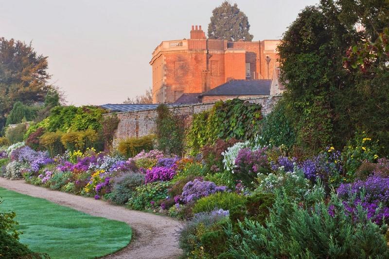macizos y borduras de flores mixtas en jardines ingleses en otoño