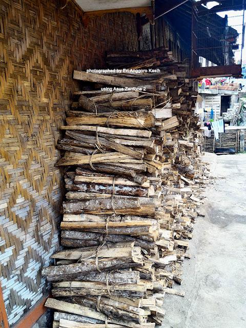 Kayu bakar untuk  memasak Kupat Tahu Mangunreja.