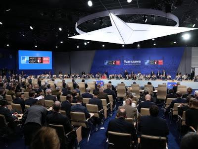 Με μια κοινή δήλωση 139 παραγράφων, που υπέγραψαν οι ηγέτες των 28 μελών-κρατών του ΝΑΤΟ, ολοκληρώθηκε η συνάντηση της Βαρσοβίας στις 9 Ιουλίου. Αυτό που επιβεβαιώνεται ξεκάθαρα είναι ότι το ΝΑΤΟ θέλει να έχει ρόλο παγκόσμιας αστυνόμευσης, αφού πλέον Πόλεμος και Παγκοσμιοποίηση συνδέονται στενά. Η Σύνοδος της Βαρσοβίας υιοθέτησε σημαντικές αποφάσεις που έχουν ως επίκεντρο την Ρωσσία, όπως: α) Ανάπτυξη 3.000-4.000 στρατευμάτων στις Βαλτικές χώρες και την Πολωνία, β) Ανάληψη της διοίκησης από το ΝΑΤΟ της αντιβαλλιστικής ασπίδας των ΗΠΑ στην Ευρώπη και γ) Ενίσχυση των ενόπλων δυνάμεων στην Ουκρανία.
