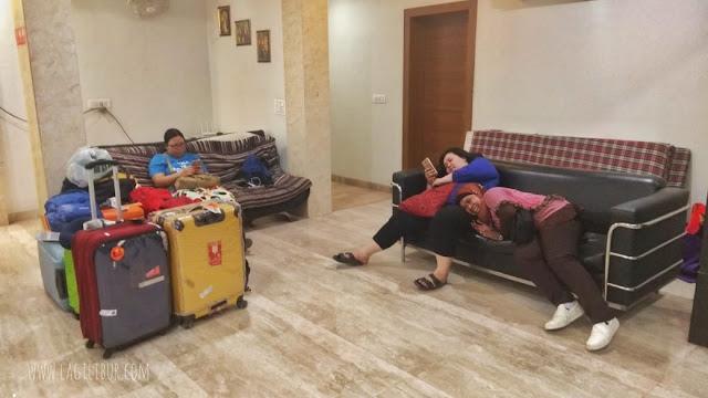 Ngemper di Lobby Hotel Nutan Krishna