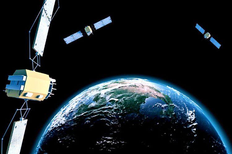 GPS aslında askeri bir buluştur, ilk uydusu 1978 yılında yollandı ancak 2000'e kadar sadece askeri olarak kullanıldı.