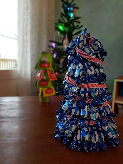Kaksplussan blogiverkoston joulukalenteri: DIY karkkikuusi & teekuusi