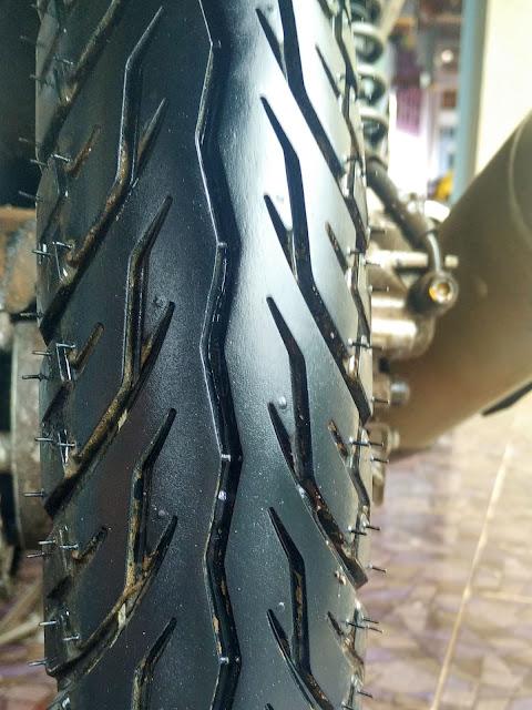 groove (alur kembang) pada Ban standar pabrik seperti yang membalut motor bebek keluaran Honda ini ideal untuk cuaca indonesia yang cenderung banyak hujan