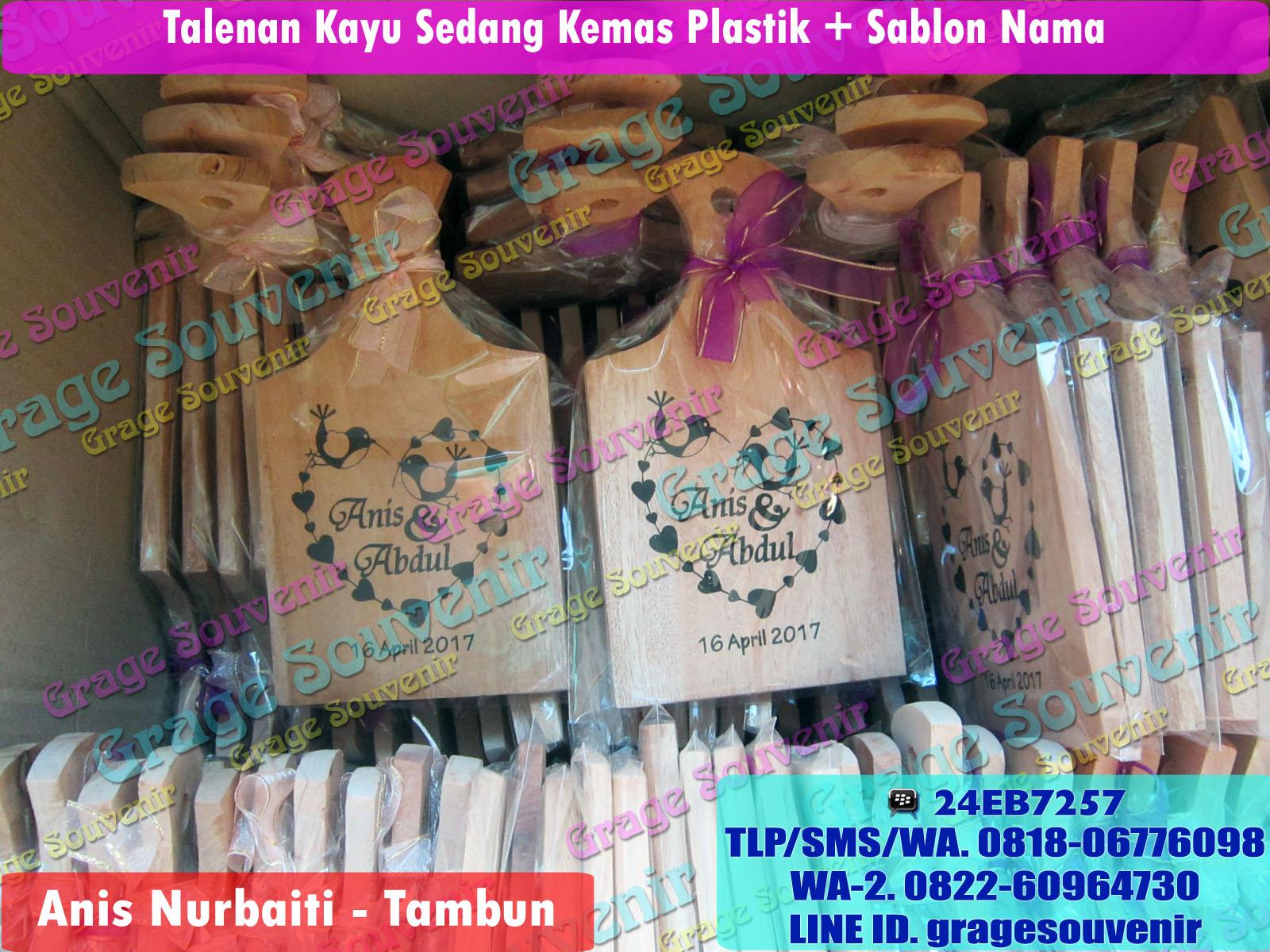 Jual Souvenir Pernikahan Bekasi - Tambun, Talenan Kayu sedang kemas plastik