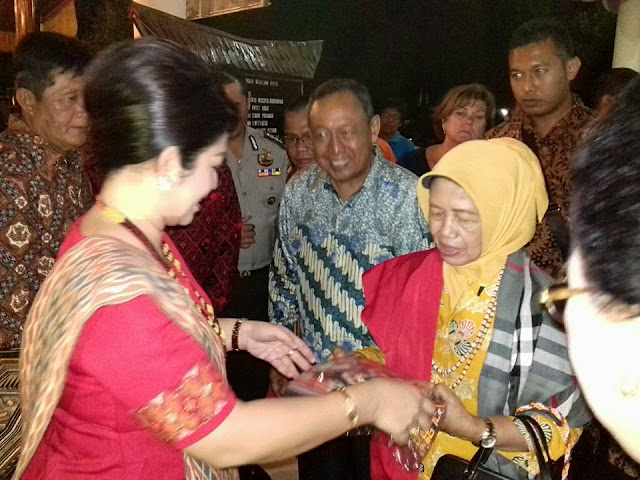 Ibunda Jokowi disambut dengan Tari Pagellu