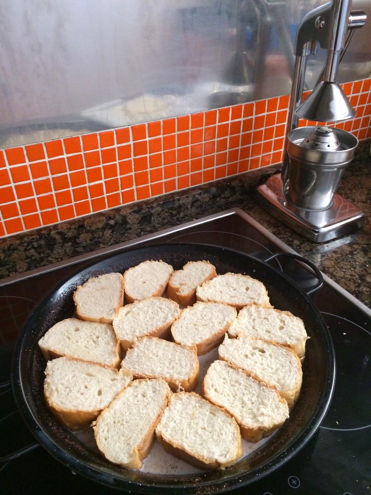 poner las rebanadas de pan y dejar que absorban toda la leche