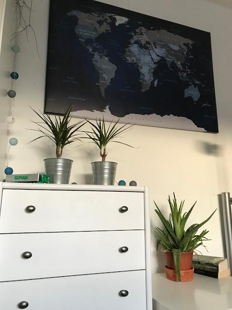 Ein Zimmer für ein Schulkind - Kommode, Pflanzen und Wanddeko