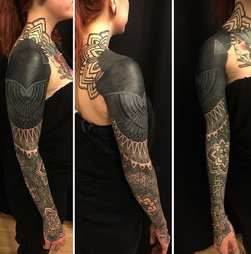De tirar o fôlego de inspiração tribal tatuagem manga. Tinta em tons de cinza, manga tatuagem é verdadeiramente deslumbrante sobre o seu próprio. Você pode ver que ele começa a partir de um design floral totalmente cobertos tribal forma que desce para tons mais claros como a tatuagem abordagens pulsos. (Foto: Fontes de imagem)