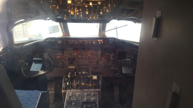 Boeing 717 tipi yolcu uçağının kokpiti...