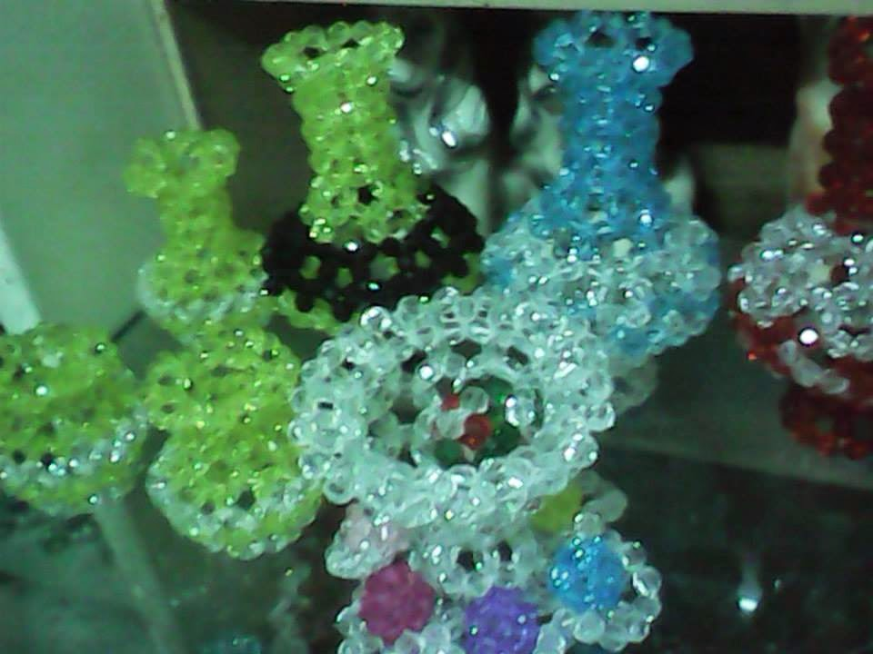 "<img src=""beads5.gif"" alt=""different designs of pen holders made of beads "" />"