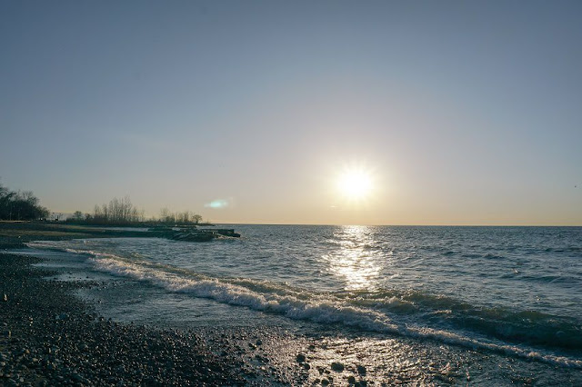 Abendsonne am Meer, die nacht, dämmerung naht, mond, spiegel, wasser, wellen, schatten, jahreszeiten poesie, sommer, strand, ferien, urlaub, erinnerung, wehmut, melancholie, schreiben, writing, poetisch, poesie blog, bild, photo, gedanken,