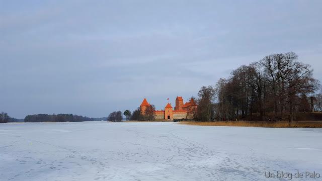 Vista del castillo de Trakai desde la orilla