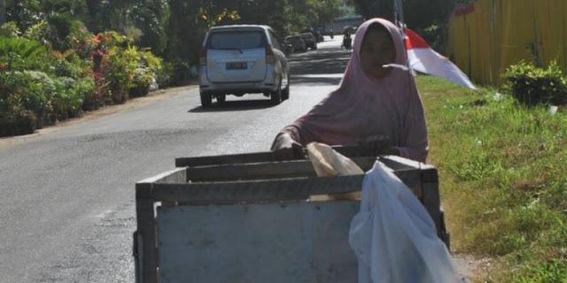 71 Tahun Indonesia Merdeka : Anak SD Ini Menjadi Pemulung Untuk Menafkahi Diri dan Neneknya