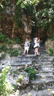 Wawan di tangga menuju Pantai Pandawa Bali