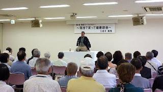 講師・三遊亭楽春の落語で笑って健康増進講演会の風景。