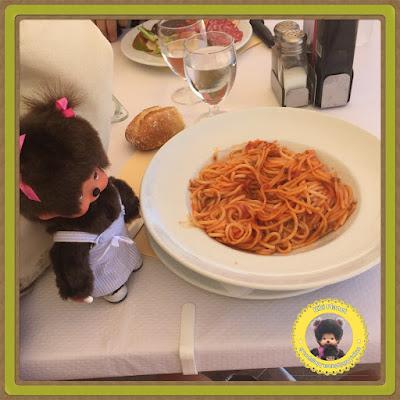 Diana la Monchhichi déguste des spaghetti bolognèse