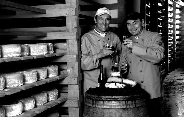 Hervé et Laurent Mons . Aujourd'hui ce sont vingt-huit personnes travaillant aux caves, 155 clients nationaux, dix-neuf pays à l'export dont le Cambodge avec le restaurant Khéma, cent trente producteurs fermiers sur le territoire, cinq boutiques en France et environ 190 fromages différents en affinage en permanence.
