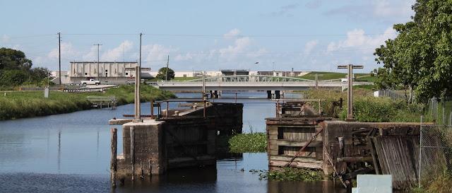 Miami Canal desde Lake Harbor. Compuertas antiguas, US 27 y de fondo el dique que envuelve al lago Okeechobee