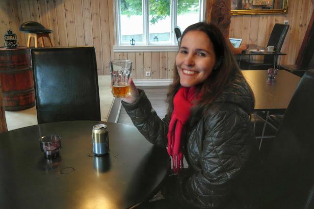 Lud na mesa do bar tomando a cerveja de 25 reais