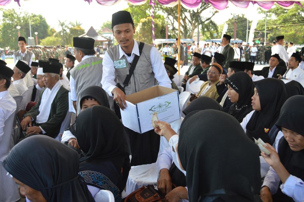 Di Tengah Apel Akbar Hari Santri, Santri Kebumen Kumpulkan Koin untuk Korban Bencana