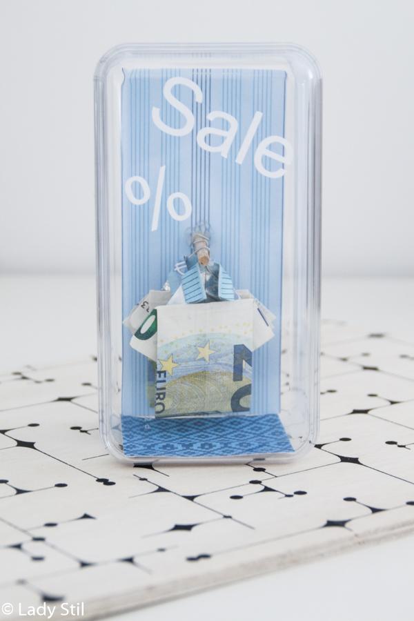 DIY Hemden aus Geldscheinen falten und auf Kleiderstangen im selbstgemachten Shop oder Schaufenster aufhängen, Geldgeschenke Ideen, Kreativsein mit Geld, Wie verschenkt man Geld? Geldscheine auf Kleiderstange,Geld in Hemdform,Anleitung Geld in Hemdform falten