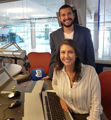 Gabriela Mayer e Sandro Badaró no estúdio da BandNews FM
