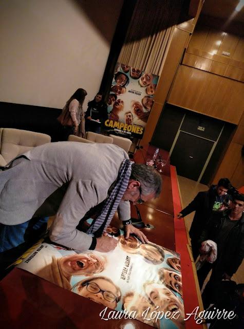 Javier Fesser firmando autógrafos trás el preestreno