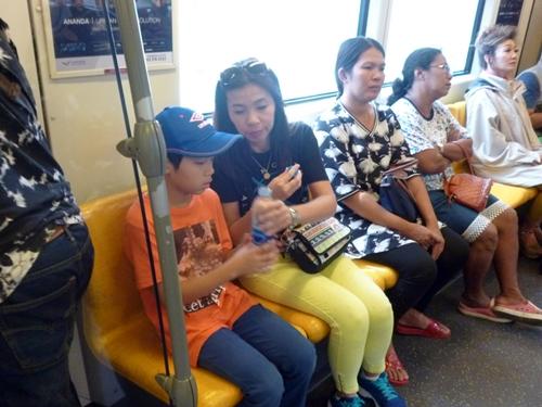電車と水上バスを乗り継いでタイの寺院見物へGO!
