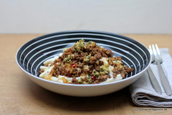 Scharfe Pasta mit Knoblauchjoghurt und Minze-Pinienkern-Butter
