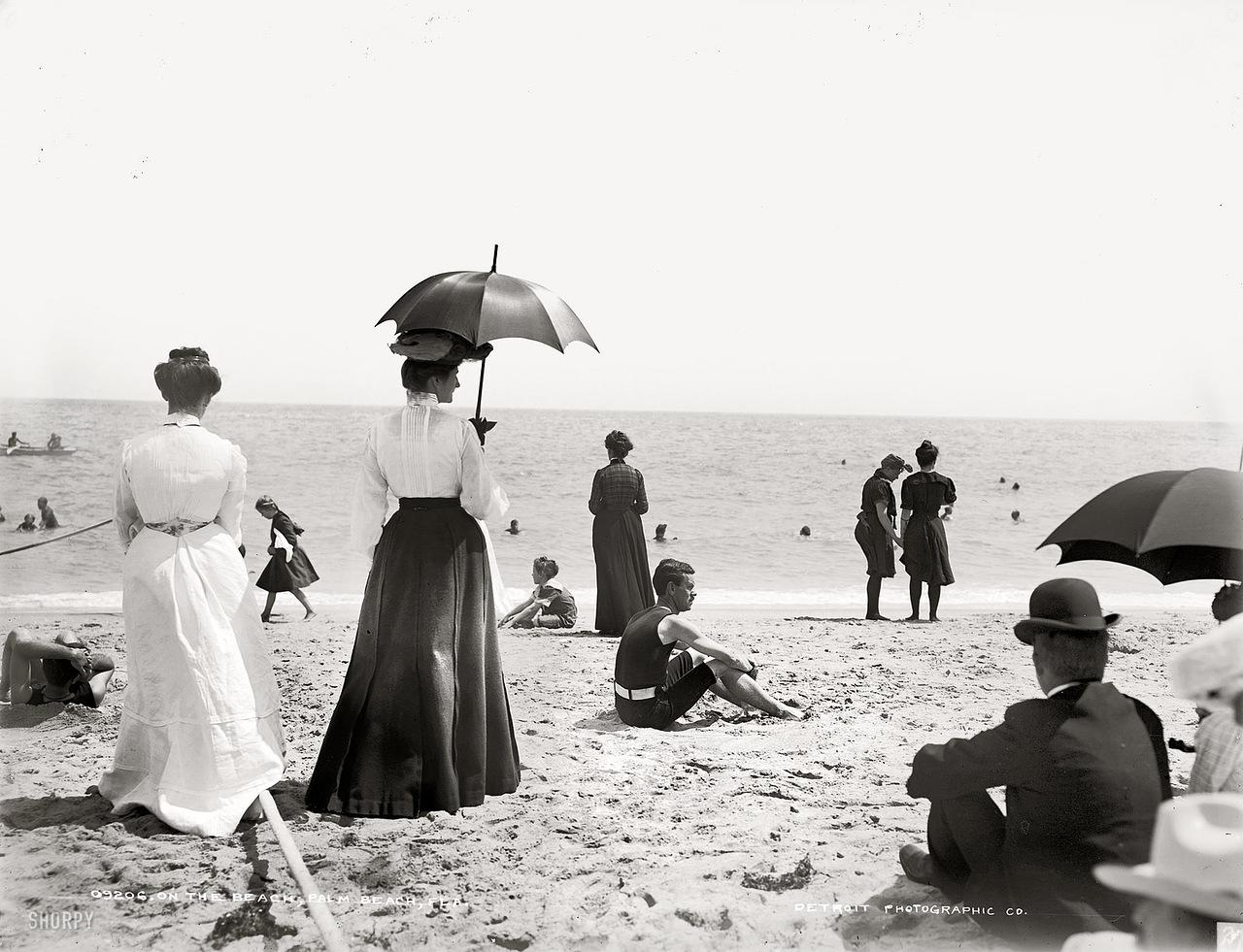 На пляже. Старое фото