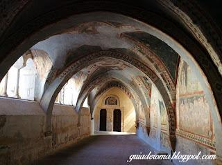 patio arcos diferentes scolastica - O Monastério de Santa Escolástica - bate e volta a partir de Roma
