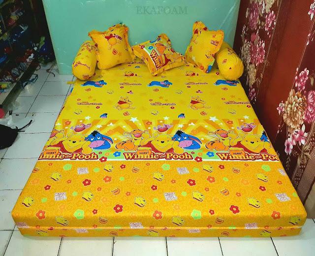 Sofa bed inoac motif winnie thepooh kuning saat difungsikan sebagai kasur