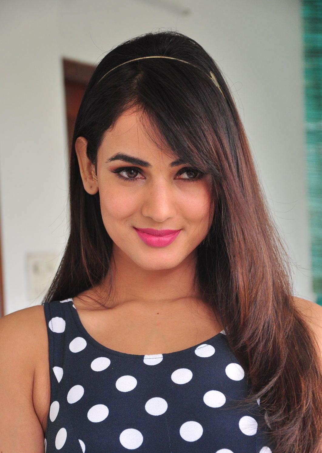Sonal Chauhan Looks Irresistibly Sexy In A Black Polka Dot -4416