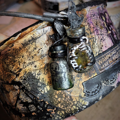 Sara Emily Barker sarascloset https://sarascloset1.blogspot.com/2018/10/a-tiny-witching-cauldron.html Altered Cauldron with Tim Holtz Sizzix Alterations, Distress and Ideaology 10