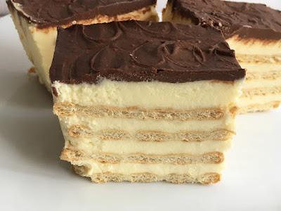 Ciasto z kremem i krakersami polane czekoladą