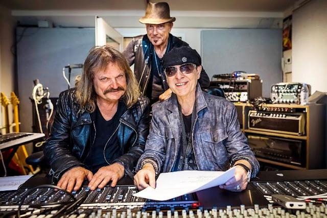 Klaus Meine, Rudolf Schenker e Leslie Mandoki juntos no estúdio, todos sorrindo para a foto