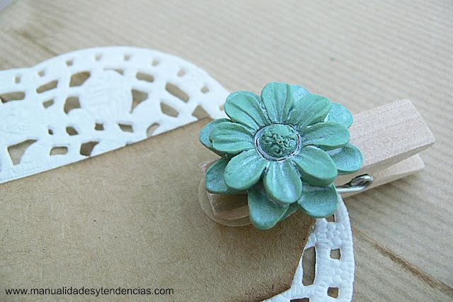 Detalle de envoltorio de regalo de estilo romántico