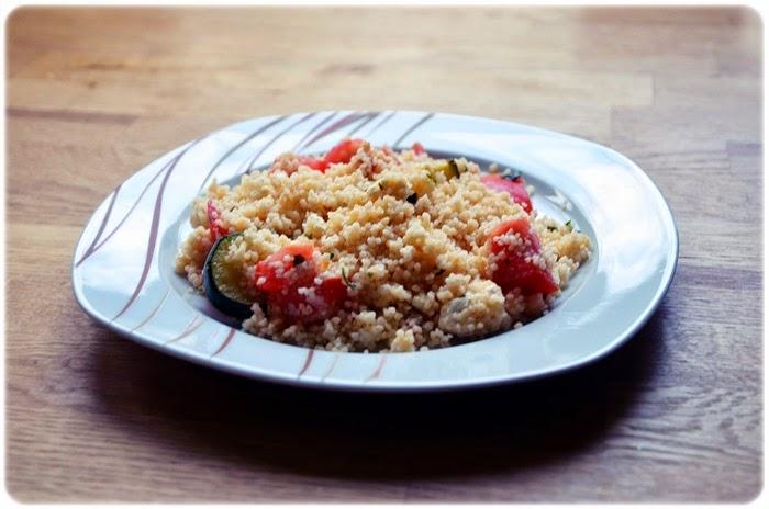 Couscous-Salat mit Zucchini und Tomaten