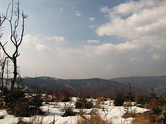 Magurka Wilkowicka (909 m n.p.m.) i Sokołówka (858 m n.p.m.), której stoki opadają na Przełęcz Przegibek (663 m n.p.m.).