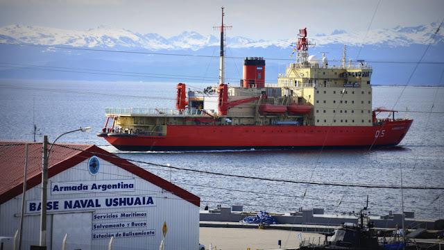 El Almirante Irízar inició las pruebas de navegación en hielos antárticos