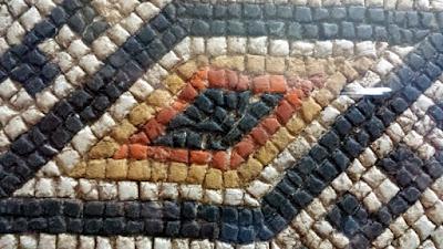 Motifs géométriques de Lozanges dans la mosaïque de Louvignies à Bavay, dans le nord de la France.