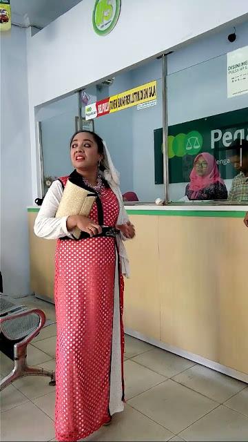 Emak-Emak Ngamuk di Kantor Pegadaian dan PLN, Sampai Pukul Satpam Pakai Sandal
